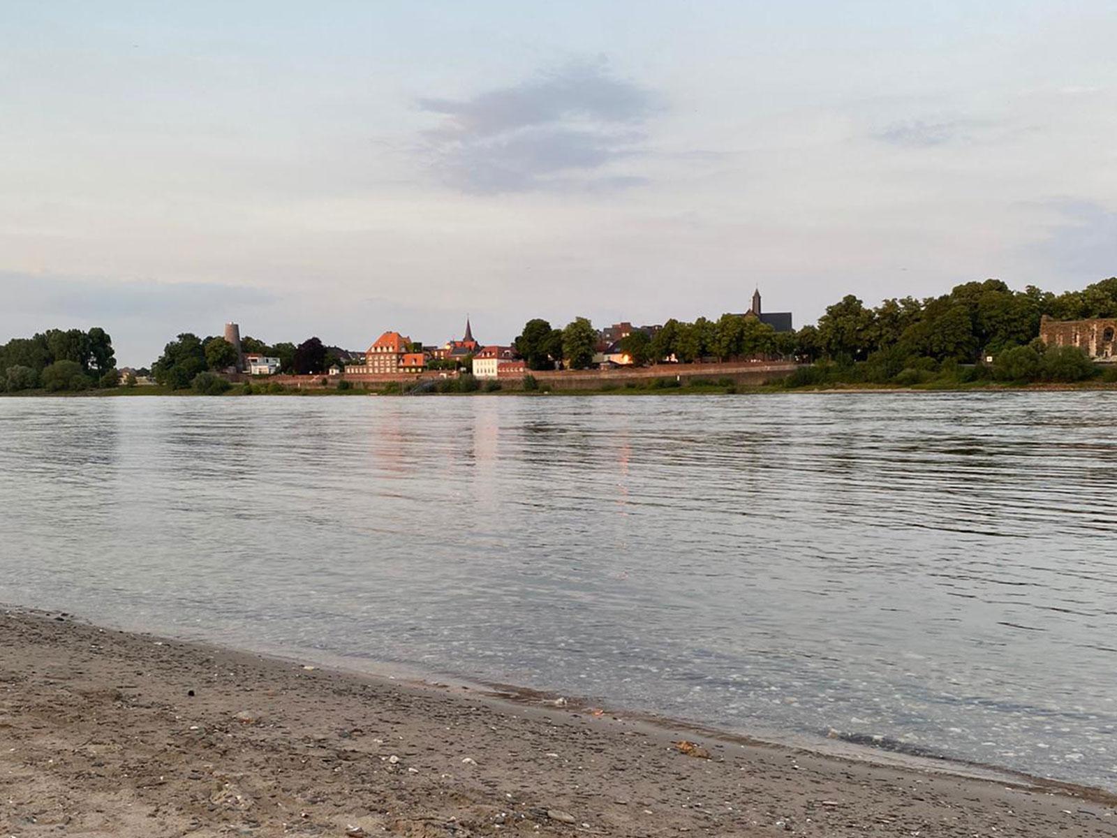Zeltplatz am Rhein am Abend