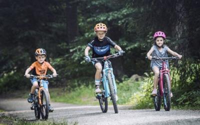 Mit Cube Kinderrädern gehen diese drei Kids auf Tour